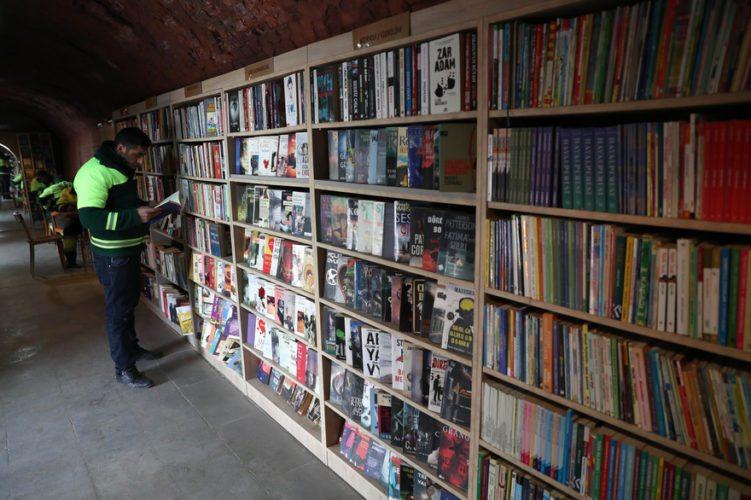 Turquie: des éboueurs ouvrent une bibliothèque avec des livres laissés aux ordures