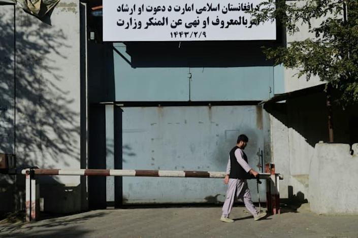 """Afghanistan: les talibans remplacent le ministère des Femmes par celui de la """"Prévention du vice"""""""